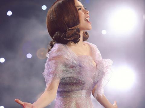 Hồ Ngọc Hà mặc lộng lẫy hát hit 'Cả một trời thương nhớ'